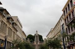 Monument A la Victoire et aux Soldats de Verdun - Deutsch: Blick zum Siegesdenkmal von Verdun, ausgehend vom unteren Teil der Stadt.
