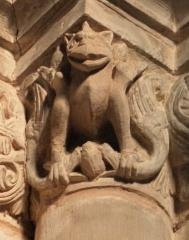 Abbaye - Français:   Frise sculptée romane à droite de la nef, église abbatiale de Hesse, Moselle, France. Détail du dragon ou du monstre au coin.