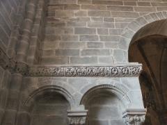 Abbaye - Français:   Frise sculptée romane à droite de la nef, église abbatiale de Hesse, Moselle, France