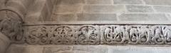 Abbaye - Français:   Frise sculptée romane à droite de la nef, église abbatiale de Hesse, Moselle, France.