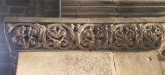 Abbaye - Français:   Frise sculptée romane à droite de la nef, église abbatiale de Hesse, Moselle, France. Partie comprenant plusieurs têtes de monstres entremêlées avec le feuillage et deux poissons à tête humaine se faisant face.
