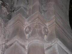 Abbaye - Français:   Chapiteau sculpté à motif floral (pavot?), église abbatiale de Hesse, Moselle, France.