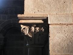 Abbaye - Français:   Chapiteau sculpté sous la frise romane (droite de la nef), église abbatiale de Hesse, Moselle, France.