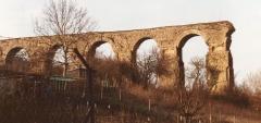 Aqueduc gallo-romain - Lëtzebuergesch: Bréck vun der réimescher Waasserleitung zu Ars-sur-Moselle Kategorie:Brécken