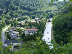 Ruines du château - Deutsch: Blick von der Burg ins Tal des Flusses Zorn und den Rhein-Marne-Kanal, Blickrichtung zum Schrägaufzug von Saint-Louis-Arzviller