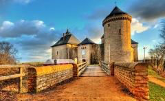Ruines du château de Mensberg, dit aussi château de Malbrouck - Français:   Le château de Malbrouck se situe dans la commune de Manderen en Moselle. Le château est construit par la volonté d\'Arnold VI seigneur de Sierck en 1419 et achevé en 1434, année où le château est déclaré en mesure de soutenir un siège, et mis au service de l\'archevêché de Trèves.