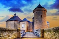 Ruines du château de Mensberg, dit aussi château de Malbrouck -  Das Schloss Meinsberg (französisch: Malbrouck) ist eine komplett renovierte mittelalterliche, lothringische Burganlage in Manderen im französischen Département Moselle, Region Saar-Lor-Lux.