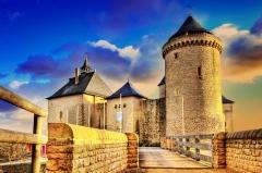 Ruines du château de Mensberg, dit aussi château de Malbrouck - Klick here for a large view!  Das Schloss Meinsberg (französisch: Malbrouck) ist eine komplett renovierte mittelalterliche, lothringische Burganlage in Manderen im französischen Département Moselle, Region Saar-Lor-Lux.  Architektur  Die Burg ist eine imposante Anlage, nahezu rechteckig (50 m Seitenlänge im Süden, 66 m im Osten, 68 m im Westen und 49 m im Norden) mit vier Ecktürmen (davon 3 rechteckig und einer rund). Die Festung erhebt sich weithin sichtbar auf der Spitze des kegelförmigen Meinsbergs im Dreiländereck Frankreich-Deutschland-Luxemburg.  Name  Der in Frankreich verwendete Name für die lothringische Burg geht auf eine Begebenheit im spanischen Erbfolgekrieg zurück, die mit der Geschichte und der Bedeutung der Burg nur im folkloristischen Sinne etwas zu tun hat. Der Name geht auf den englischen Feldherrn John Churchill, 1. Herzog von Marlborough, zurück, der in Frankreich unter dem Spitznamen Malbrouck bekannt ist. Während des Spanischen Erbfolgekrieges marschierte Marlborough 1705 mit 100.000 Mann von Trier aus der Mosel entlang auf Frankreich zu. Er wurde vom französischen Marschall Claude Louis Hector von Villars blockiert, der mit weniger als 50.000 Mann bereit stand. Marlborough wählte die Burg Meinsberg als Hauptquartier, wo er auf Unterstützung durch den Prinzen von Baden wartete, die jedoch ausblieb. Marlboroughs Truppen ging der Nachschub aus, und seine Armee begann sich aufzulösen. Schließlich musste Marlborough bei Nacht und Nebel die Flucht ergreifen.  Geschichte  1419 bis 1434 errichtet Arnold VI. von Sierck die Burg Meinsberg. Sein Sohn Jakob III. wurde 1439 Erzbischof von Trier. Kaiser Friedrich III. erhebt die Herrschaft 1442 in den Reichsgrafenstand. Aufgrund fehlender männlicher Erben gelangte die Herrschaft später an die Familie des Grafen von Sayn, danach fiel das Lehen über Meinsberg an die Grafen von Sulz. Die Grafschaft Meinsberg übte hauptsächlich über die von Lothri