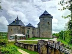 Ruines du château de Mensberg, dit aussi château de Malbrouck - Deutsch:   Burg Malbrouck bei Manderen (Lothringen)