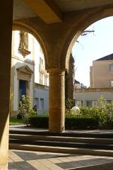 Ancien hospice Saint-Nicolas - English: Courtyard of the former Saint-Nicolas hospital in Metz.