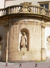 Ancien hospice Saint-Nicolas - English: Statue of Our Lady of the Captives, which can be seen in the niche of the former hospice Saint-Nicolas in Metz. It represents sister Hélène Studler.