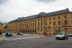Hôtel de ville -  Ce magnifique bâtiment de style néoclassique, avec une façade de 92 mètres , construit de 1769 à 1771 par l'architecte BLONDEL , abrite la Mairie de METZ.
