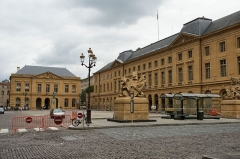 Hôtel de ville -  Une vue partielle de la place d'armes à METZ.  Cette place, entièrement pavée, est entourée de magnifiques bâtiments tous bâtis en pierre de Jaumont. Elle a été creé dans les années 1750 - 1770 .  On peut voir , sur la droite , la mairie de METZ.