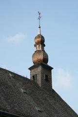 Verrerie de Lettenbach -  Toiture de bardeaux surmontée d'un clocheton à bulbe.