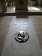 Eglise de Chazelles - English: Robert Schuman's grave, fortified church Saint-Quentin, Scy-Chazelles, France