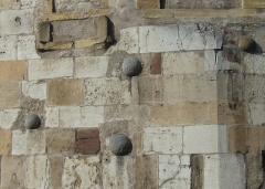 Tour aux Puces - Deutsch: Thionville: Kanonenkugeln im Wehrturm neben dem Rathaus