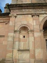 Abbaye -  Niche avec coquille Saint-Jacques et chapiteau caractéristiques du XVIIIe siècle, sur la façade de l'abbaye d'Etival-Clairefontaine (Vosges)