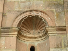 Abbaye -  Coquille Saint-Jacques sur la façade de l'abbaye d'Etival-Clairefontaine (Vosges)