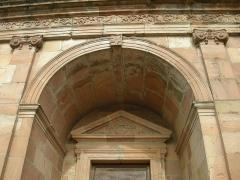 Abbaye -  Fronton triangulaire (caractéristique du XVIIIe siècle), au-dessus de la porte de façade de l'abbaye d'Etival-Clairefontaine (Vosges)