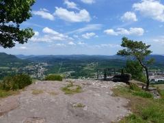 Zone archéologique - Français:   Site archéologique de la Pierre d\'Appel (Vosges). Vue sur Moyenmoutier et la vallée du Rabodeau à gauche, et sur Etival à droite