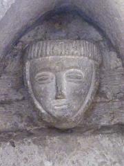 Eglise - Français:   Visage de pierre de réemploi inclus dans la maçonnerie de l\'église de Fontenoy-le-Château.