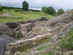 Amphithéâtre romain (ruines) - English: amphithéâtre de Grand (département 88), vue sur les ruines des locaux qui bordent le couloir d'accès Est