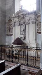 Ancienne abbaye - Français:   Baptistère contre le mur sud de la nef