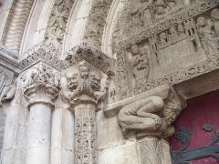 Eglise - Français:   Pompierre (88), détail du portail de l\'église romane: chapiteaux gauches  Photo prise par F5ZV en 2005  Licensing  Catégorie:Image de commune des Vosges