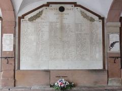 Hôtel de ville - Français:   Raon-l\'Étape (Vosges) Hôtel de ville, mémorial de guerre liste de noms 02.