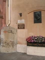 Hôtel de ville - Français:   Impact de balles dans le mur de la mairie de Raon L\'Étape où fut fusillé le maire Robert Tisserand en 1944