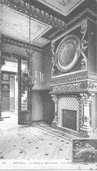 Maison romaine - Intérieur de la Maison romaine à Epinal construite en 1892, carte postale ancienne (début 20ème siècle), cheminée monumentale