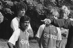 Vestiges antiques - Nederlands: Eerste training Feyenoord voor het nieuwe seizoen in het Kralingse Bos; v.l.n.r. Ruud Gullit, Simon Tahamata, Mario Been en Pétur Pétursson. Juli 1984. Collectie ANEFO  NL-HaNA 2.24.01.05 0 933-0380