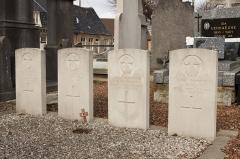 Eglise Saint-Antoine - Nederlands: Houtkerque Churchyard. Vier graven.