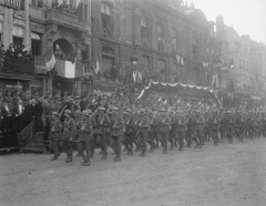 Bâtiment dit la Grande Garde - English: Official entry into Lille. The march past of the British 47th Division in the Grande Place, 28 October 1918.