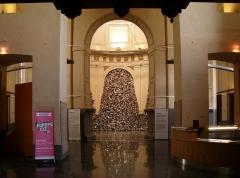Eglise Sainte-Marie-Madeleine - L'entrée de l'église Sainte-Marie-Madeleine de Lille (Lille), désaffectée au culte et transformée en lieu d'exposition. Au fond, une oeuvre de l'artiste indienne Subodh Gupta.