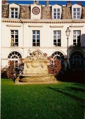 Hôtel Scrive, actuellement siège de la Direction régionale des Affaires culturelles du Nord-Pas-de-Calais -  Hôtel Scrive (Lille). Aile de l'Horloge.
