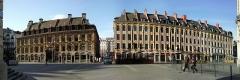 Immeubles -  La place du théatre à Lille (Nord). Vue sur la vieille Bourse et le rang du Beauregard.