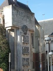 Palais Rihour - Nederlands: Het indrukwekkende oorlogsmonument van Rijsel (Frankrijk) op de Place Rihour, tegen de kapel van het voormalige middeleeuwse paleis van de hertogen van Bourgondië. Het monument staat op de ruïnes van het in 1916 afgebrande stadhuis