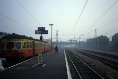Gare - Nederlands: Een Belgisch dieseltreinstel klaar voor vertrek in Tourcoing met bestemming Kortrijk. Waarschijnlijk waren er werkzaamheden. De lijn Rijsel - Moeskroen is in 1982 geëlektrificeerd.