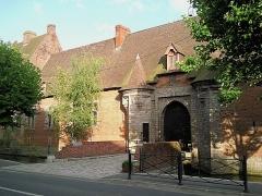 """Propriété dite """"Ferme des Templiers"""" -  La ferme des Templiers à Verlinghem. Datant du XVIème siècle, entourée de douves en eaux, sa façade a été classée monument historique en 1920."""