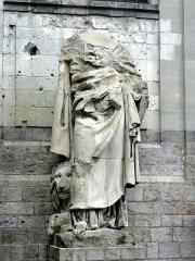 Cathédrale Notre-Dame et Saint-Vaast - Statue de saint Marc (mutilée) placée à l'extérieur.