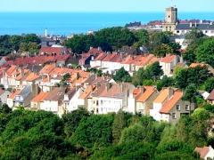 Beffroi - Français:   Vue de Boulogne-sur-Mer (Pas-de-Calais, France): le quartier de Brecquerecque, le beffroi, le phare et la mer.