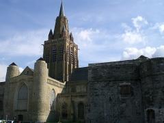 Citerne de l'église Notre-Dame - Français:   Eglise Notre-Dame à Calais avec la grande citerne construite en 1691 en premier plan.