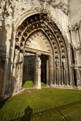 Ancienne abbaye de Saint-Bertin - English: ref: PM_050588_F_Saint_Omer; Saint-Omer; Abbaye Saint-Bertin; Nord-Pas-de-Calais, Pas-de-Calais; France; Ruines de l'église, façade occidentale, portail; Cultural heritage; Europe/France/Saint-Omer; Wiki Commons; Photographer: Paul M.R. Maeyaert; www.pmrmaeyaert.eu; © Paul M.R. Maeyaert; pmrmaeyaert@gmail.com;