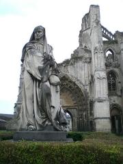 Ancienne abbaye de Saint-Bertin -  Ruines de Saint-Bertin à Saint-Omer avec un gros plan sur la statue.