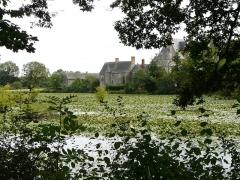 Château de la Motte-Glain - English: La chapelle et le Château de la Motte-Glain vus de l'étang