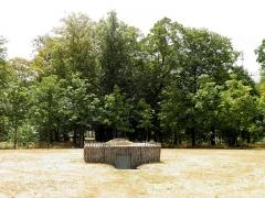 Domaine de la Garenne-Lemot (également sur communes de Clisson, dans la Loire-Atlantique, et Cugand, en Vendée) -  Rond-point des marronniers. Glacière du domaine au centre.  La Garenne Lemot, Gétigné - Clisson, Loire-Atlantique, France.