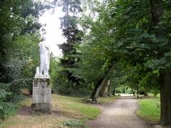 Domaine de la Garenne-Lemot (également sur communes de Clisson, dans la Loire-Atlantique, et Cugand, en Vendée) -  Statue antique dite du Sénateur dans le bas du parc. La Garenne Lemot, Gétigné - Clisson, Loire-Atlantique, France.