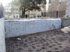 Enceinte gallo-romaine (vestiges) - English:   Gallo-Roman wall of Nantes, between the Cathedral and Porte Saint-Pierre, exterior side, October 2014.