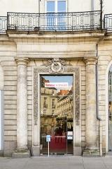 Immeuble sur cours Cambronne - Français:   Entrée de l\'immeuble 3 place Graslin. (Nantes, Loire-Atlantique, Pays de la Loire, France)